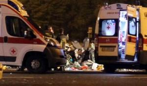 Guarda la versione ingrandita di Rondissone, incidente: tir piomba su auto ferma e fugge. 3 morti (foto Ansa)