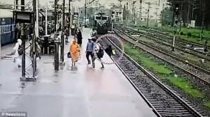 Guarda la versione ingrandita di VIDEO YOUTUBE India, madre e figlio sui binari rischiano di essere travolti