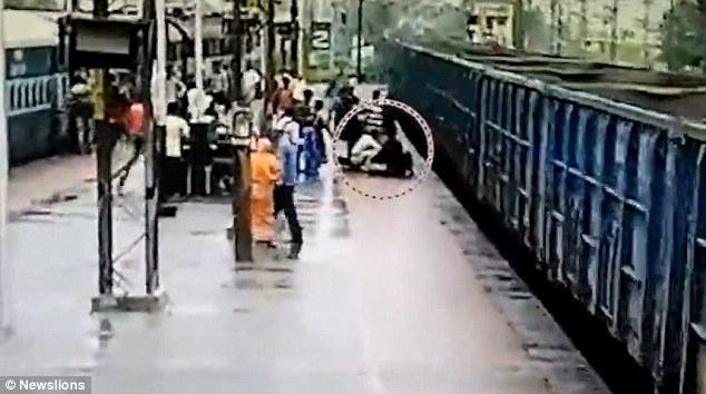 VIDEO YOUTUBE India, madre e figlio sui binari rischiano di essere travolti 3