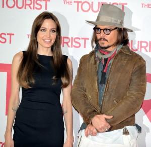 Guarda la versione ingrandita di Angelina Jolie e Johnny Depp insieme? Secondo il gossip sono molto vicini