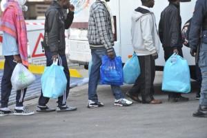 Senza acqua e diaria: profughi protestano in strada a Livorno