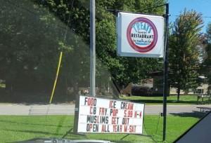 """Usa, cartello """"no musulmani"""". E il ristorante è sempre pieno FOTO"""