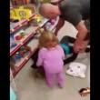 VIDEO YOUTUBE Madre va in overdose, la figlia di 2 anni tenta di rianimarla 3