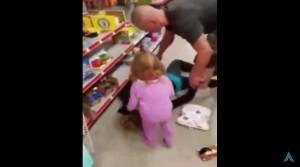 Guarda la versione ingrandita di VIDEO YOUTUBE Madre va in overdose, la figlia di 2 anni tenta di rianimarla