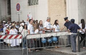 Guarda la versione ingrandita di Controlli delle forze dell'ordine per accedere a Piazza San Pietro in occasione della Canonizzazione di Madre Teresa di Calcutta, Citta' del Vaticano, 4 settembre 2016. ANSA/GIORGIO ONORATI
