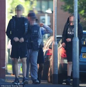 Guarda la versione ingrandita di YOUTUBE Manchester: baby gang in preda all'alcol uccide conigli, buca gomme, rompe finestre