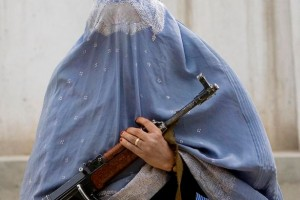 Matrimoni Isis in Libia: kalashnikov e cintura kamikaze come dote