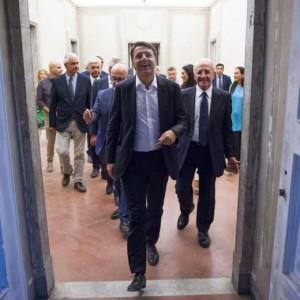Guarda la versione ingrandita di Renzi a Napoli, De Magistris dà buca. Scontri in Galleria Umberto I