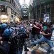 Renzi a Napoli, De Magistris dà buca. Scontri in Galleria Umberto 2