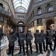 Renzi a Napoli, De Magistris dà buca. Scontri in Galleria Umberto
