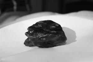 Meteorite su un tetto a Padova, a Cecina dallo spazio sasso nero di 4 miliardi di anni