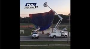 Guarda la versione ingrandita di VIDEO Mongolfiera precipita in Ohio: cade su fili corrente, città al buio