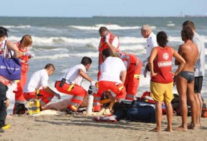 Carmela Caputi muore in spiaggia strozzata da un tozzo di pane