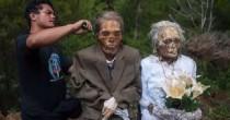 YOUTUBE Morti riesumati e vestiti a festa: macabro rito indonesiano
