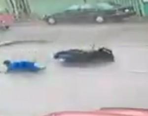 Guarda la versione ingrandita di YOUTUBE Taiwan, tifone Meranti: motociclista colpito al volto da detrito