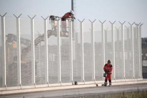 Muro di Calais anti migranti: lavori cominciati, pronto entro fine 2016