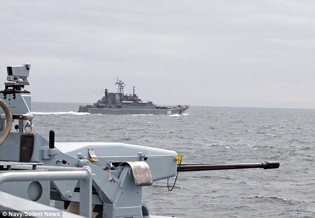 Nave da guerra inglese scorta cargo russi fuori dalle acque inglesi03
