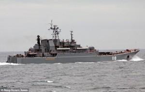 Guarda la versione ingrandita di Nave da guerra inglese scorta cargo russi fuori dalle acque inglesi
