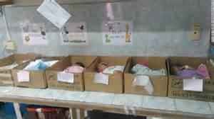 I neonati in scatole di cartone