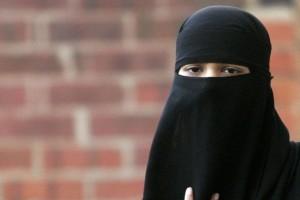 Guarda la versione ingrandita di Spagna, donna incinta col velo islamico picchiata da due ultras