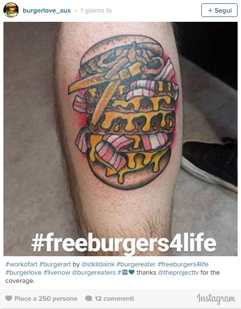 Tatuaggio con hamburger su menù, fast food ti regala panini a vita