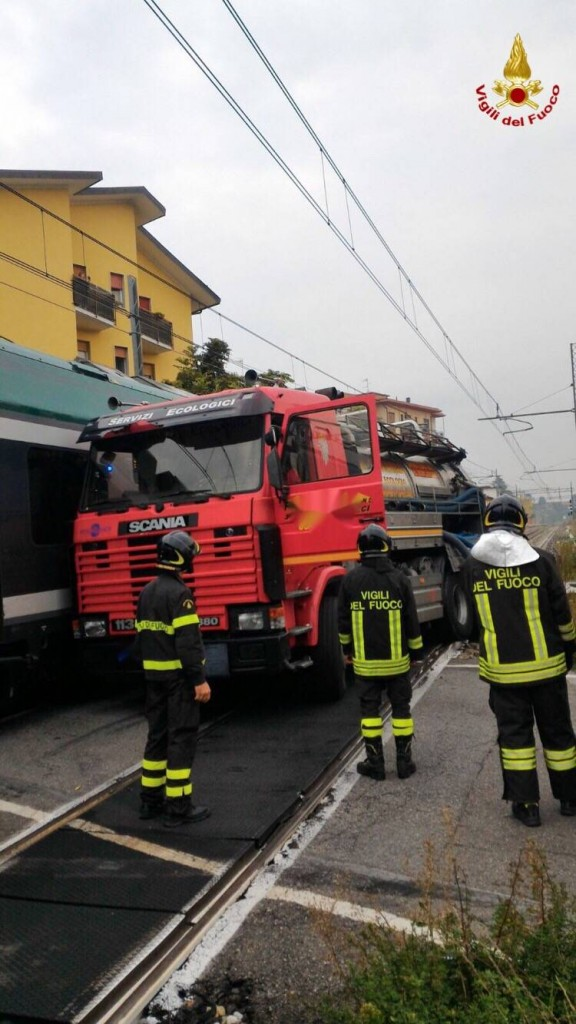 Gazzada, camion bloccato nel passaggio a livello: treno lo travolge