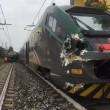 Gazzada, camion bloccato nel passaggio a livello: treno lo travolge 2