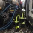 Gazzada, camion bloccato nel passaggio a livello: treno lo travolge 4
