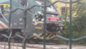 Guarda la versione ingrandita di Gazzada, camion bloccato nel passaggio a livello: treno lo travolge FOTO