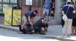 VIDEO Pitbull attacca cagnolino e padrona: terrore in strada a Boston