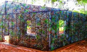 Bottiglie di plastica per costruire case. A Panama VIDEO