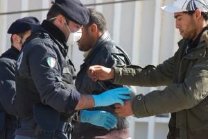 """Immigrati, lettera poliziotto: """"Io tra i migranti vi racconto la mia giornata"""""""