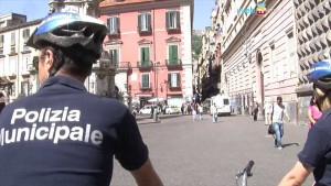 Napoli, turista tedesca ruba in negozio e poi picchia vigili urbani