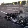 Porsche d'epoca a fuoco in autostrada: completamente distrutta FOTO