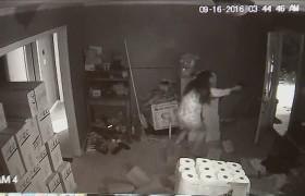 YOUTUBE Spara ai ladri in casa e ne uccide uno, telecamera riprende tutto