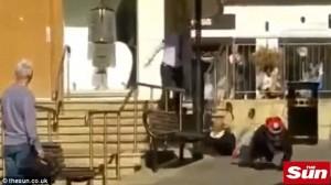 VIDEO YOUTUBE Tentano rapina in gioielleria: passante li ferma con mazza da baseball