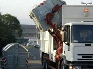 Guarda la versione ingrandita di Tampona camion che sta svuotando i cassonetti: muore a 28 anni