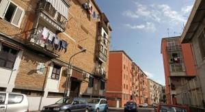 Agguato a Napoli, donna si lancia sul figlio per difenderlo: colpita