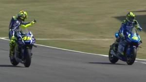 VIDEO Valentino Rossi contro Aleix Espargaro: gli fa dito medio