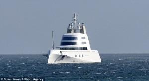 Guarda la versione ingrandita di Mega yacht oligarca russo costretto a restare al largo: non entra in nessun porto