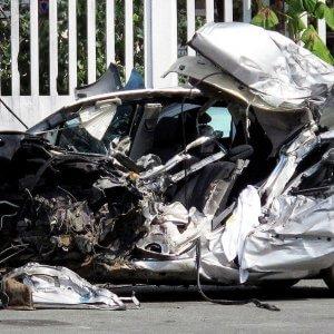 Guarda la versione ingrandita di La Renault Scenic guidata da Pier Luigi Toselli distrutta dopo lo schianto (Ansa)