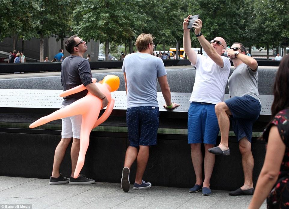 11 settembre 2001,15 anni dopo a New York: selfie con bambola gonfiabile, giovani e ricchi inglesi addio al celibato a Ground Zero