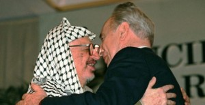 Guarda la versione ingrandita di Shimon Peres morto a 93 anni. Premio Nobel per la pace, icona di Israele (nella foto Ansa, Peres con Arafat)