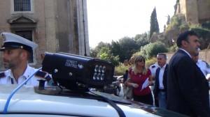 Guarda la versione ingrandita di Roma, street control e smartphone in tilt: vigili nel caos