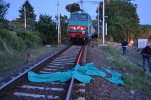 Bologna, marito e moglie travolti dal treno: probabile doppio suicidio