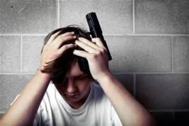 Un ragazzo con una pistola