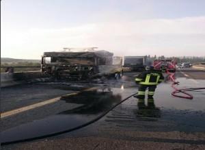 Guarda la versione ingrandita di Tir in fiamme su A1 tra Calenzano e Variante di valico: 12 km di coda