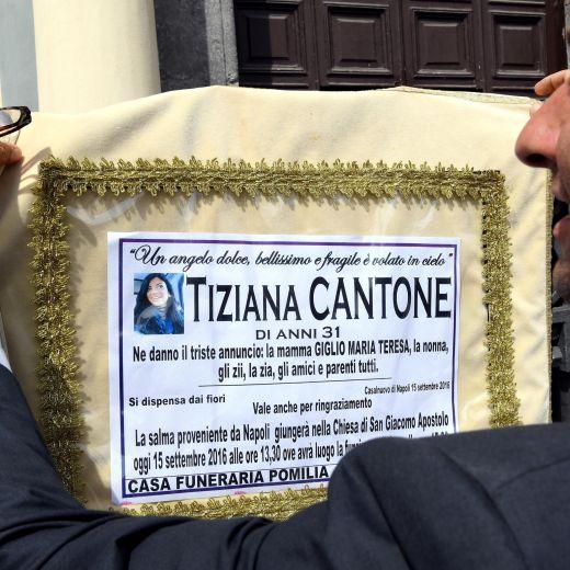 Tiziana Cantone, madre ha un malore e sviene in chiesa durante i funerali 4