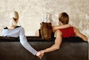 Confida all'amica di aver tradito la moglie: lei chiede 3mila€ per tacere