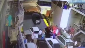 Guarda la versione ingrandita di VIDEO YOUTUBE Automobilista impaziente, esce da traghetto e finisce in acqua